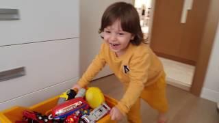 Fatih Selim ve Ela saklambaç oynayıp oyuncak dolabına saklandılar oyuncak odası karıştırmaca
