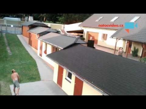Hraní badmintonu přes střechu