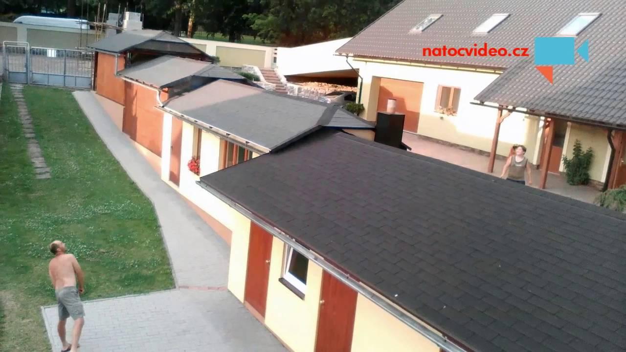 SOUSEDSKÝ ZÁPAS V BADMINTONU. Klasickou síťku nahradila střecha domu