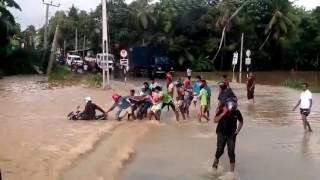 Public save a motorcyclist from huge flood