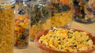 Coloque o peixe num tacho cubra com água, adicione os Knorr Natura Legumes e leve a ferver suavemente durante 6 minutos.