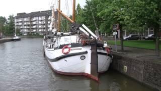 Schip breekt mast onder Noorderbrug in Leeuwarden