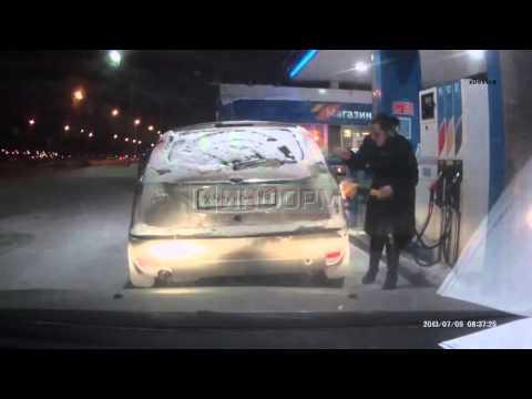 Ognista dziewuszka na stacji benzynowej