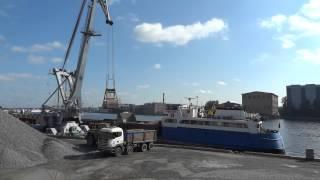 Video Floating crane Ganz unloading gravel. part 1 MP3, 3GP, MP4, WEBM, AVI, FLV Juni 2019