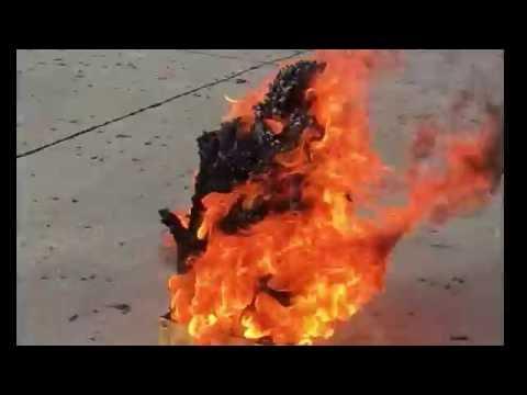他在盒子裡放5200個「蛇砲」並點燃,接下來竟從火焰中竄出超猛壯觀物體!大樓出現啦!!!
