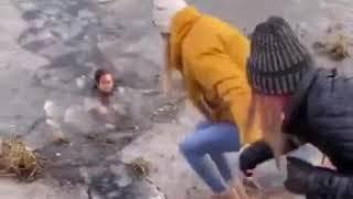 Matka spacerująca z dziećmi rzuciła się do lodowatej wody, żeby ratować psa