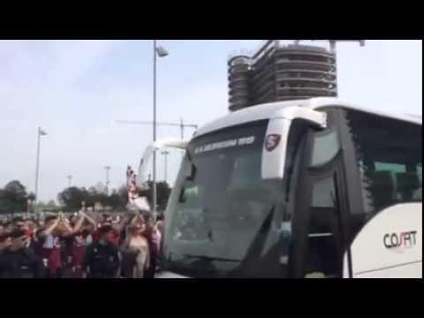 l'arrivo del pulman della salernitana allo stadio arechi,tifosi in festa