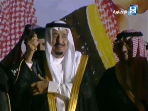 خادم الحرمين الشريفين الملك سلمان بن عبد العزيز آل سعود يتفاعل برقصة العرضة مع أهالي الرياض بعد توليه المنصب 100 يوم