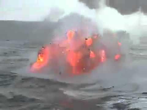 Volcán saliendo lava en el mar (видео)