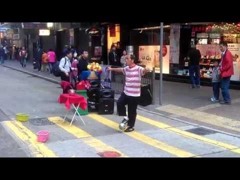 incredibile capacità di equilibrio di un artista di strada a hong kong