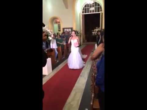 noiva entra na igreja cantando em ubá mg