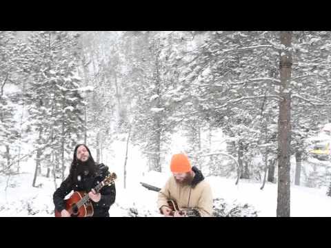 他們在雪地唱著歌時,右邊的男子突然發現背後有一整隊狼群靠近…這是用生命在表演啊!