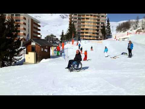 Retour au parking en hiver en fauteuil roulant avec des wheelblades - 2ème partie