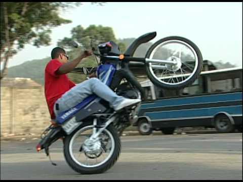 Increíble truco en motocicleta