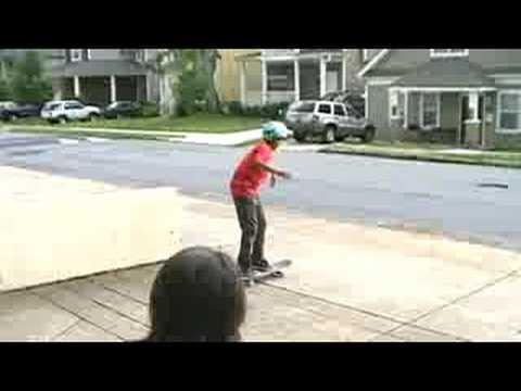 Pojke blir lycklig efter att ha satt sin första rail