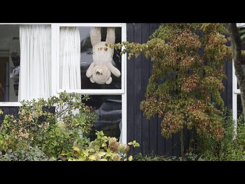 Βέλγιο: αρκουδάκια στα παράθυρα για συντροφιά