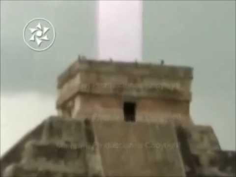 maestoso raggio di luce dalla piramide chichen itza