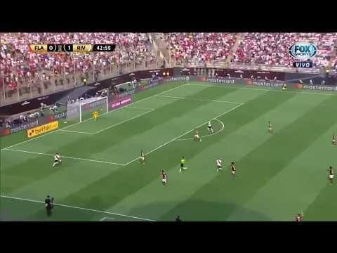 Defesa contra o River Plate evitando o cruzamento ...