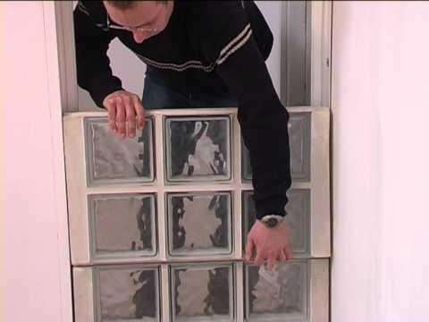 Assemblage de briques de verre à l'aide de panneaux préfabriqués Raccorda
