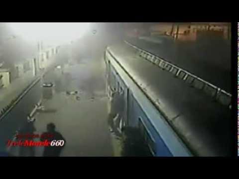 Autobus wjeżdża prosto pod pociąg na niestrzeżonym przejeździe