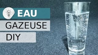 Fabriquer du CO2 pour faire de l'eau gazeuse. Eau pétillante DIY.Clique ici pour t'abonner ► https://goo.gl/PkIcj8 (merci)La formation des bulles pétillantes dans l'eau nécessite l'ajout de  dioxyde de carbone. Pour pouvoir injecter le CO2 au liquide (eau), nous allons utiliser une pompe à vélo.Il existe aussi des appareils permettant de gazéifier l'eau par le biais de cylindres rechargeables de CO2. Mais ils sont généralement chers et ne permettent pas d'atteindre un taux de bulles suffisant pour moi. Grace à cette solution, plus vous injectez de gaz, plus il y aura de bulles.Lorsqu'on boit une boisson gazeuse, ce ne sont pas les bulles qui piquent la langue, mais l'acide carbonique H2CO3 formé (d'où l'intérêt de garder ses boissons gazeuses au frais et de les refermer après utilisation pour que la saveur pétillante ne s'échappe pas).L'acide carbonique n'est que modérément stable parce qu'il se déshydrate pour former du CO2 (et donc se re-décompose en CO2 et H2O).Le CO2 produit par la réaction chimique du vinaigre et du bicarbonate de soude est sans danger. Il est utilisé par exemple : comme dentifrice Bio, comme un antiacide ou comme levure à gâteau ... Mais quelle différence entre bicarbonate de soude et bicarbonate de sodium ?  Il n'y en a aucune ! C'EST PAREIL.________ La réaction de dissolution du CO2 dans l'eauLorsque le CO2 est dissous dans l'eau, il forme un acide carbonique, voici l'équation de cette réaction chimique : H2O + CO2⇔ H2CO3On peut appeler cela une réaction de carbonatation car la carbonatation est l'ajout de dioxyde de carbone dans un liquide à base d'eau.C'est une réaction d'équilibre, c'est-à-dire qu'elle peut avoir lieu dans les deux sens (cela explique la double flèche). En effet, si on secoue ou chauffe la bouteille contenant cette solution, le gaz carbonique peut très bien s'échapper.L'acide carbonique H2CO3  = H2O + CO2