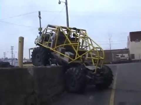vídeo que muestra un vehículo subiendo un bordillo enorme