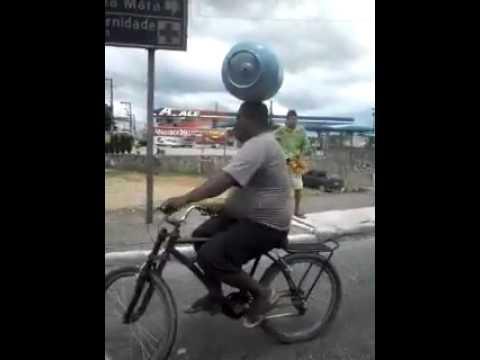 Đội bình ga giữ thăng bằng đi xe đạp