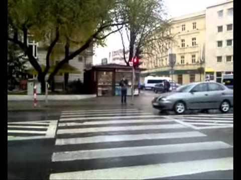 ...nie jest wcale takie łatwe. Sygnalizacje świetlne w okolicy dworca PKP skutecznie utrudniają życie pieszym, a podnoszą się głosy, że przy kolejnych przejściach powinny pojawiać się światła...1:15 - przejście na skrzyżowaniu ulic 1 Maja x Kołłątaja4: