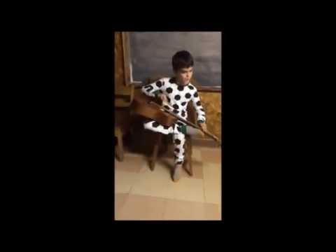 Niño ciego sorprende al tocar blues de una manera impresionante