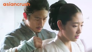 Video Virgin queen finally attracts her king's attention | Clip from 'The Royal Tailor' MP3, 3GP, MP4, WEBM, AVI, FLV Juni 2019