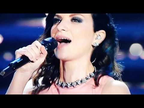 """laura pausini - medley: """"invece no"""", """"strani amori"""" e """"vivimi"""""""
