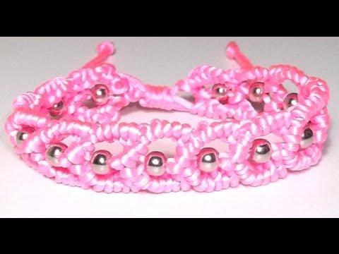 braccialetto con cuoricini e perline in macramè