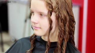 прическа кудрявые волосы на бок