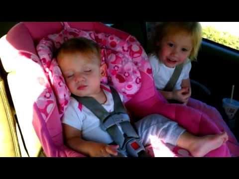 bambina fa sbellicare dal ridere appena si sveglia!