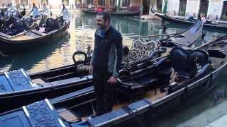 Dar toques a un balón sobre una góndola en Venecia