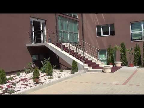 Interiérové dvere, kovové zábradlie a sklenené schody