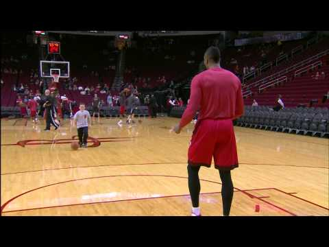 Video: Dwight Howard Plays 2-On-1 with Some Young Fans