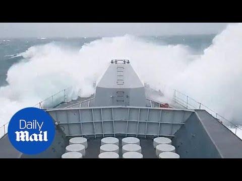 Φρεγάτα παλεύει με τα κύματα