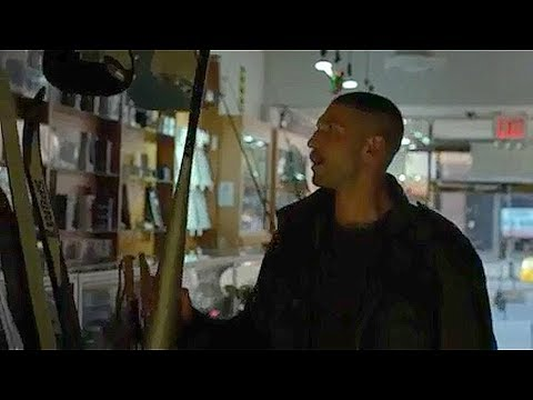 Punisher mata al pedofilo de la tienda - DAREDEVIL 2X02