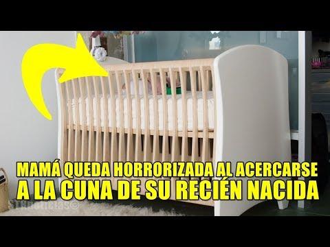 Mamá oye gritos en el monitor de bebé. Al correr a la cuna de su hija, descubre que no estaba sola