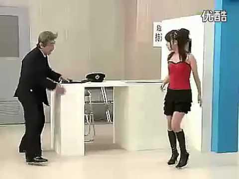 警衛為了搜身,竟然要求美少女脫下衣服!?
