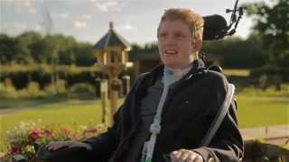 اول مصاب بالشلل الرباعى في العالم يمشي ويتنفس بمساعدة روبوت