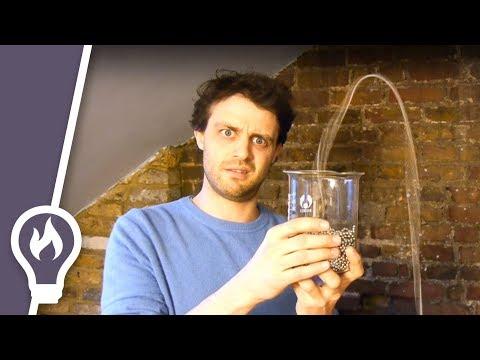這是魔法嗎?為甚麼可以讓珠串自己噴出燒杯?