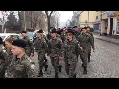 Wideo1: Przemarsz i uroczystość odsłonięcia pamiątkowej tablicy w I ZS we Wschowie