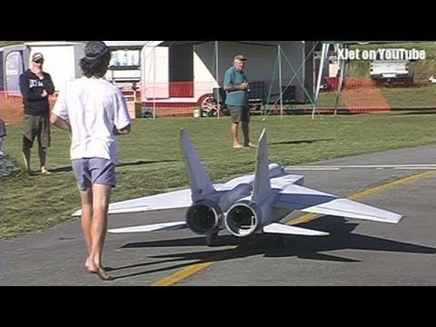 radio controlled - This is the maiden flight of what is probably the largest jet-powered scale model of a Mig 25. At 4.2 meters long and weighing in at 42Kg, this is a huge mod...