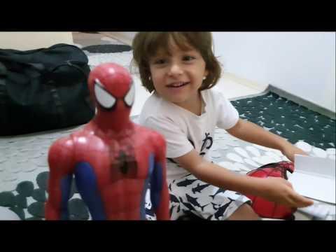 Babası Fatih selim'e oyuncak spiderman ve onun sesli maskesini aldı,sürpriz örümcek adam