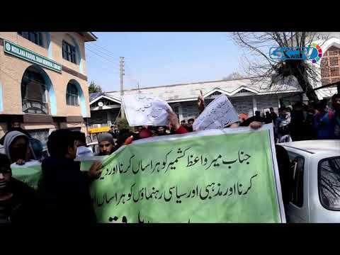 College students protest summoning of Mirwaiz, ban on JeI