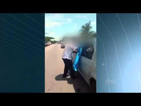 (vídeo) Motorista furioso quebra vidros de carros parados em fila dupla;  Condutor foi bloqueado por dois dois veículos em avenida de Goiânia. Nas imagens, ele aparece usando pedras para abrir e retirar os carros.