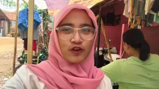 Usaha gosok keliling Adelia menggunakan motor pribadii yang sudah di modif hadir di Kota Bekasi, harga dipatok sebesar Rp 4000 per kilogram, Bekasi, Jumat (21/7/2017). KOMPAS.COM/Anggita Muslimah