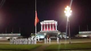 Lễ hạ cờ ở lăng chủ tịch Hồ Chí Minh